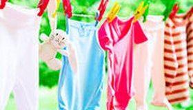 Bien laver le linge de bébé : quelle lessive et quelle température ?