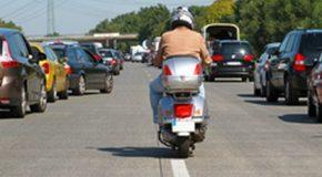 Les deux-roues ne peuvent plus circuler entre deux files de voitures